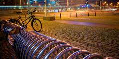 Stojaki na rowery i ławki zamontowane przy Pasażu Grunwaldzkim we Wrocławiu. Inwestorowi zależało na estetycznym i trwałym wyglądzie oraz łatwym czyszcze